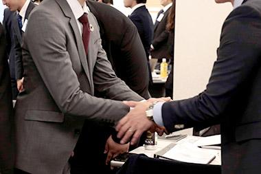 半年間共に学ぶ仲間と握手を交わします