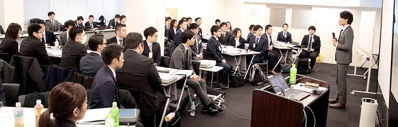 各班の代表者が参加目的を全員の前で発表します